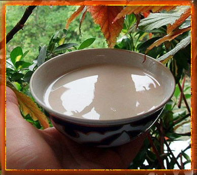 молоко на блюдце